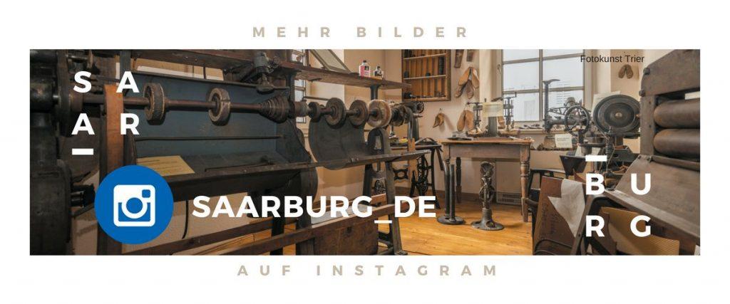 Instagram Hinweis auf die Bilder der Stadt Saarburg in den Sozialen Medien, im Hintergrund Druckmaschine im Museum Amüseum