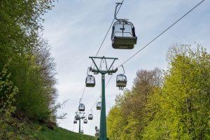 Sesselbahn führt hoch zum Warsberg, dort oben Landal Green Park