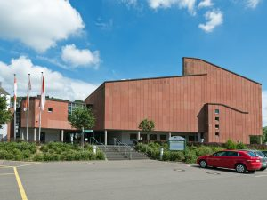 Veranstaltungshalle, Mehrzweckhalle aus rotem Sandstein, modern