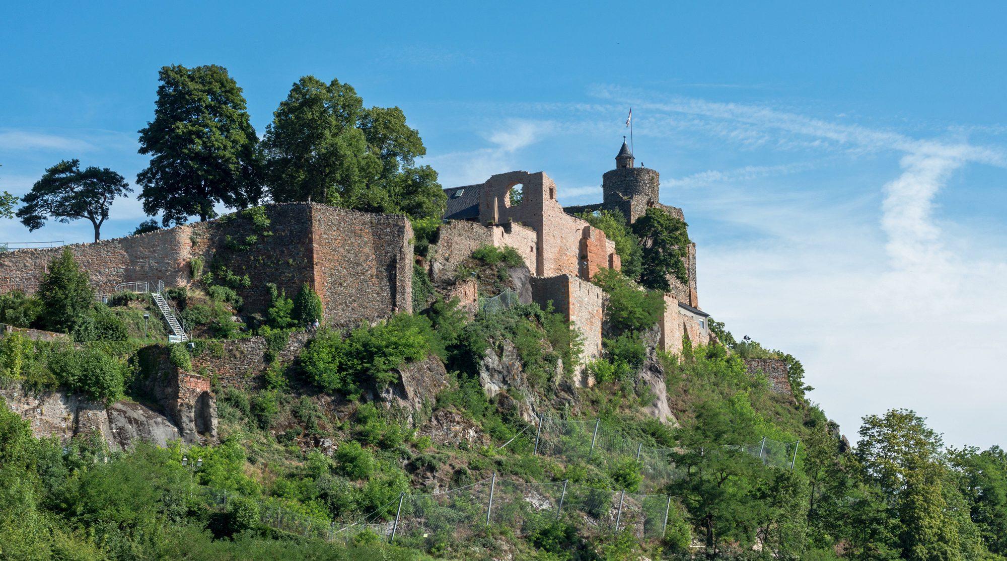 Blick auf die Saarburg, mittelalterliche Burg über der Saar