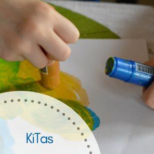 Kinderhand malt Bild