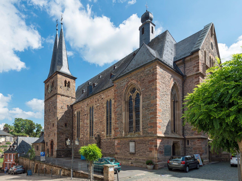 Sandsteinkirche, romanisch-gotisch, über der Altstadt thronend