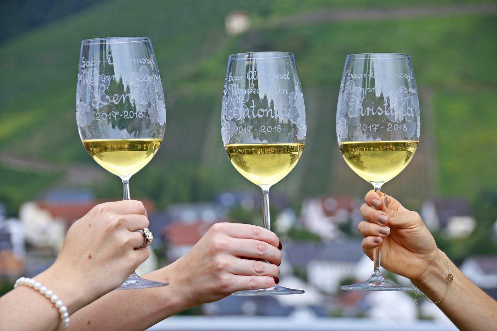 Saar-Obermosel-Weinköniginnen stossen mit namentlich beschrifteten Weingläsern an