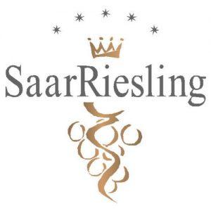 Logo SaarRiesling e. V., Logo mit Traube in elegantem Gold und Schriftzug