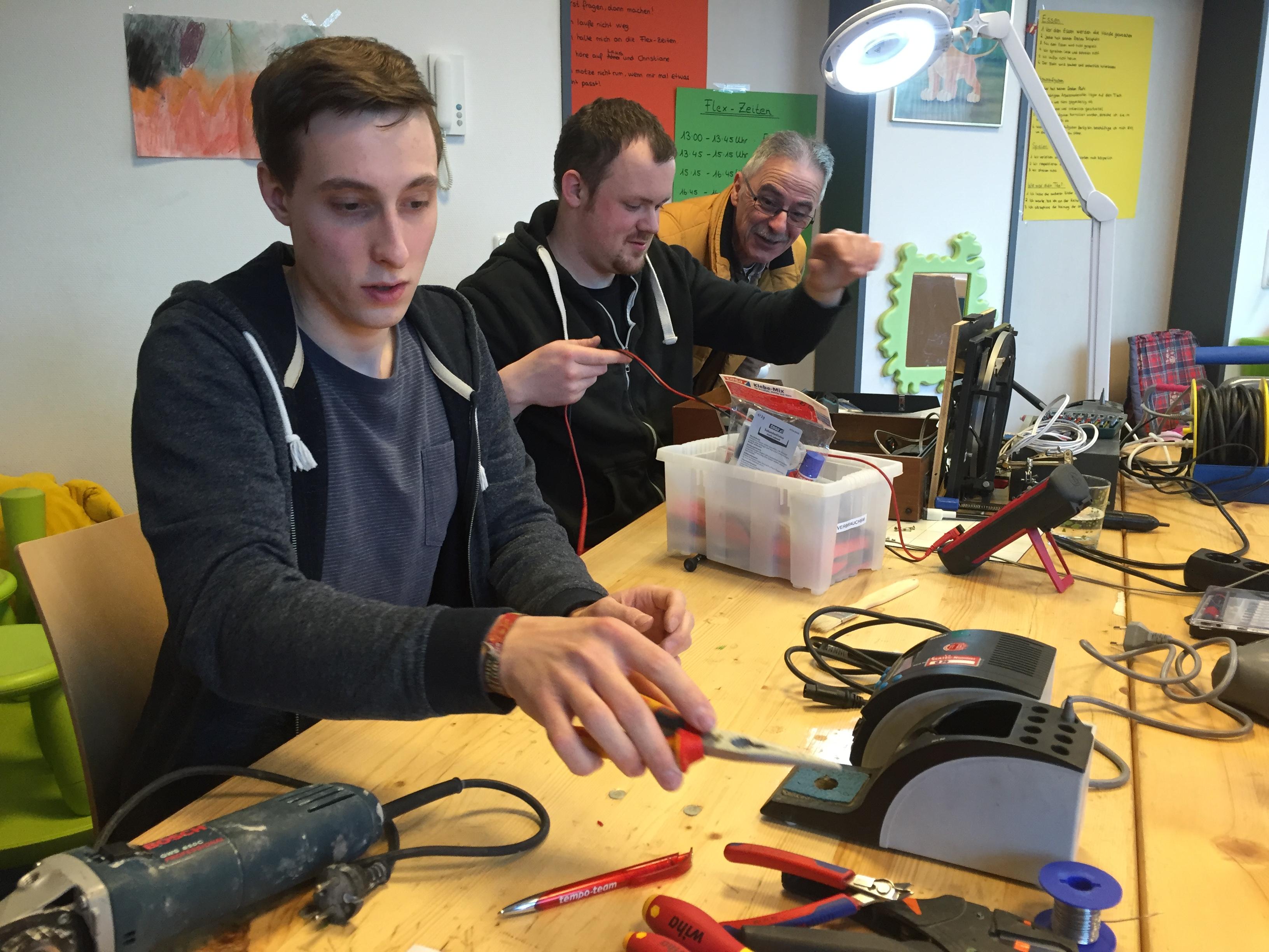 Repaircafé, 3 Männer reparieren altes