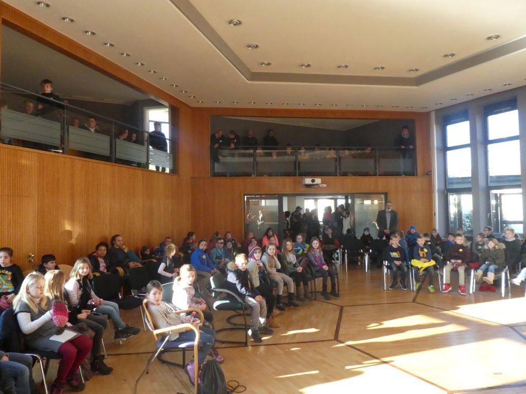 Leserallye: bundesweiter Vorlesetag, Kinder im Sitzungssaal der VG Saarburg