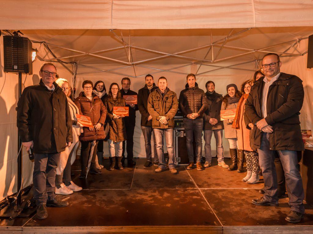 Sozialer Weihnachtsbaum: Gruppenbild aller Beteiligten der Spendenaktion