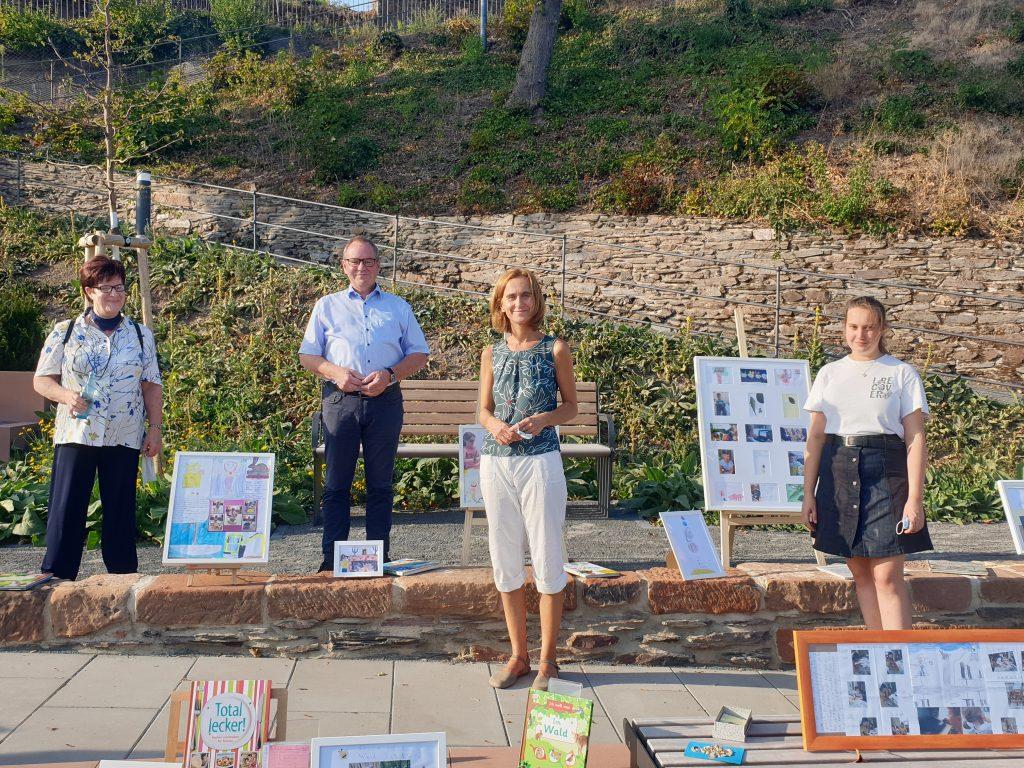 Irene Weil, Anja Kirsch und Jacqueline Schäfer von der Erlebnisbücherei mit Bürgermeister Jürgen Dixius