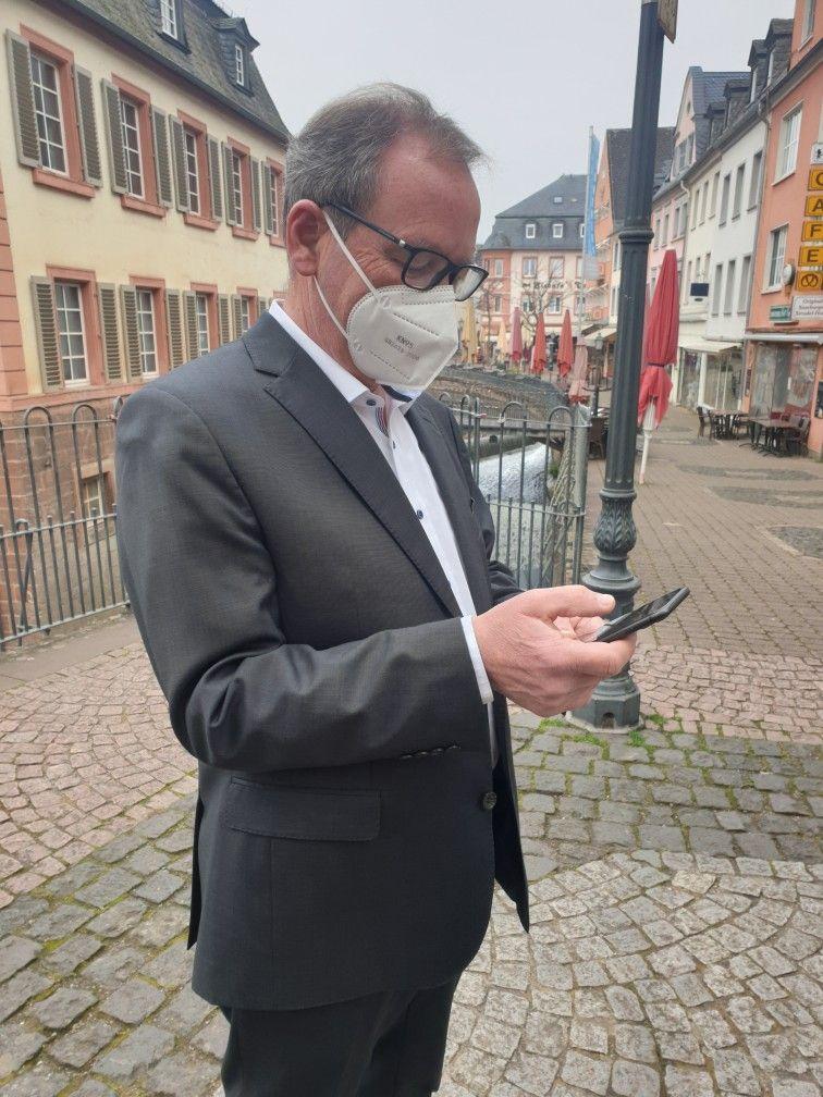 Bürgermeister Jürgen Dixius surft im WLAN